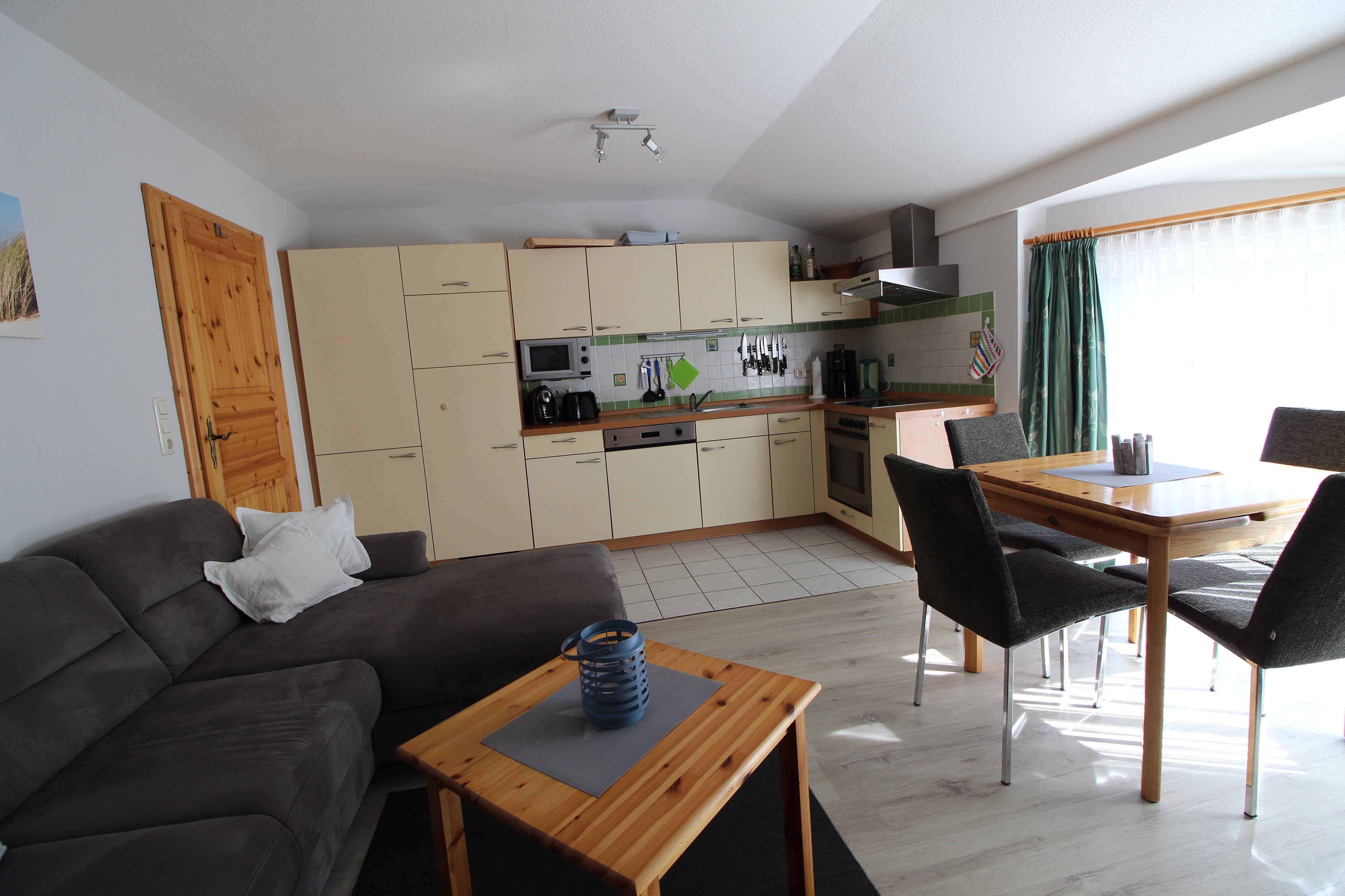 Wohnzimmer-Blick zur Küche_web