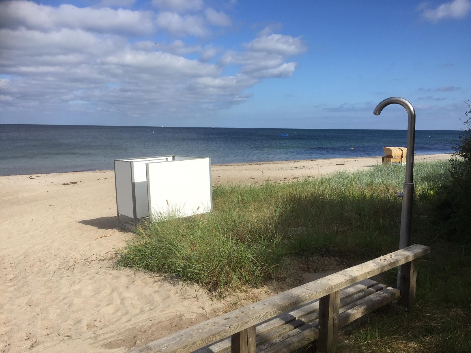 Stranddusche und Umkleidekabine